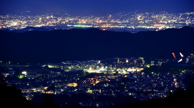奈良盆地の夜景=2014年11月16日、奈良県生駒市、森井英二郎撮影
