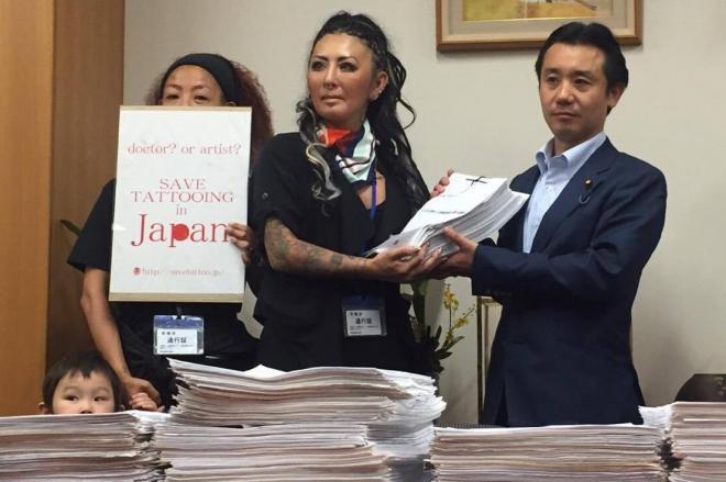 タトゥー関係者が、初鹿明博衆院議員(右)に署名を手渡した=東京・永田町、Deborah氏撮影