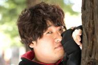 マネジャーいわく「グラビアあるある」風のポーズで撮影に応じる岡崎体育=大阪市北区、伊藤菜々子撮影