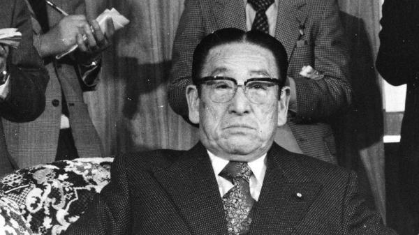 冠二郎さんが「アイドルになりたい」と陳情しにいった国会議員で元運輸大臣の荒舩清十郎さん=1977年2月25日