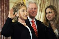 2009年2月に国務長官の就任式で宣誓するヒラリー・クリントン氏とその家族
