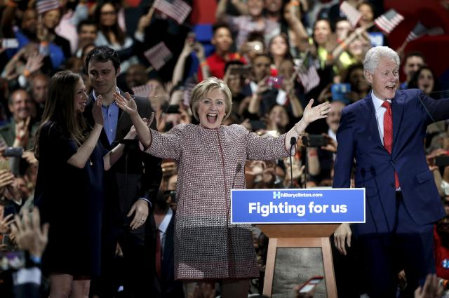 2016年4月20日、家族と一緒に登壇するクリントン氏。