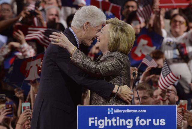 2016年4月26日、支持者の前で演説の後にハグするクリントン夫妻。