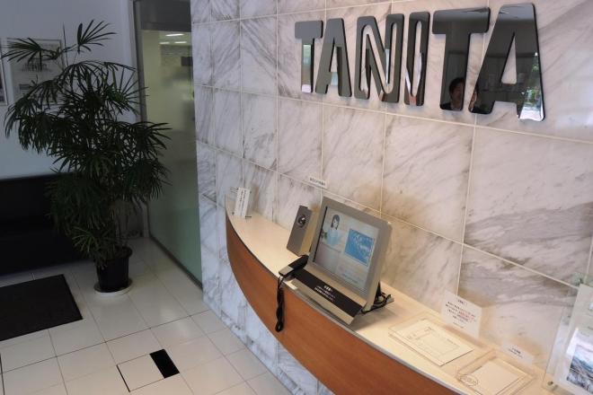タニタ本社の受付。床の白いタイルのうち、左下の黒い帯のようなものが部分が体重計になっている