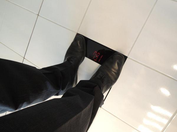 受付の床に設置された体重計