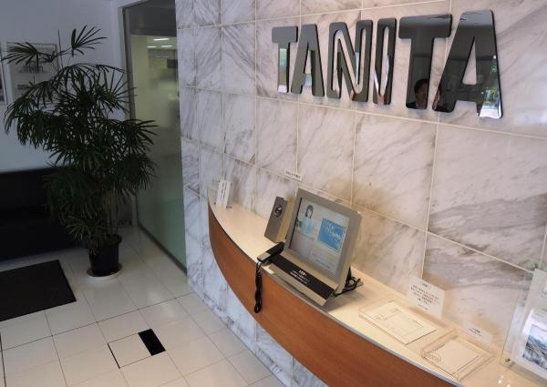体重計が設置されたタニタ本社の受付