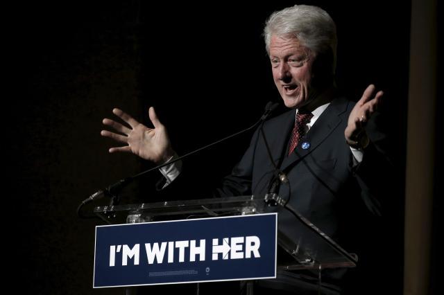 2016年3月2日、妻のクリントン候補のための「I'm with her」慈善コンサートで講演をするビル・クリントン氏。