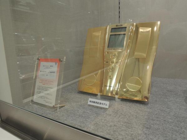 ゴールド仕様の記念モデル
