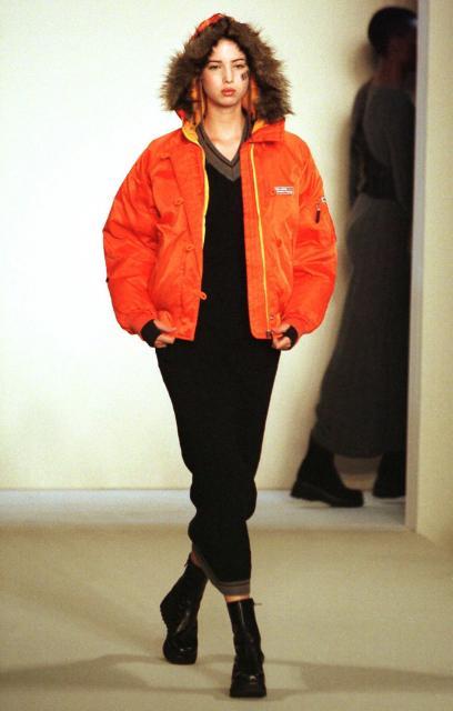 ファッションモデルとして舞台を歩くイヴァンカ氏=1999年2月