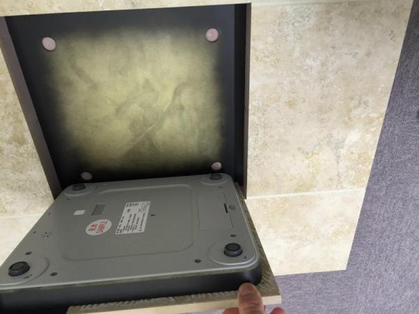 受付の床に設置された体重計。外すとこんな感じ