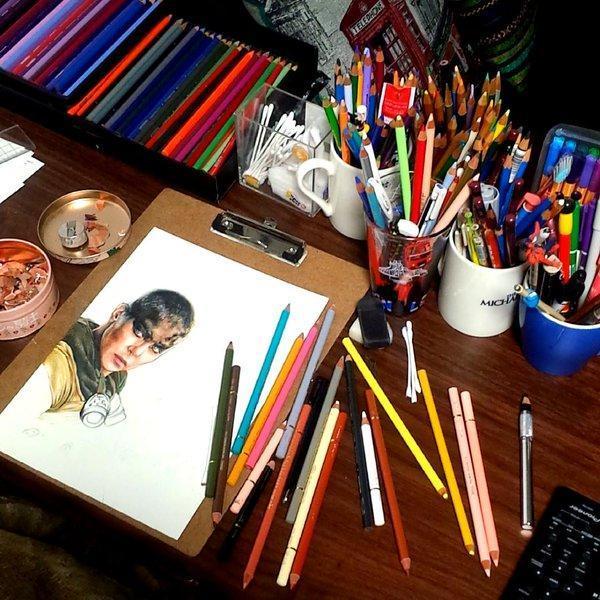 多くの色鉛筆が並んでいる