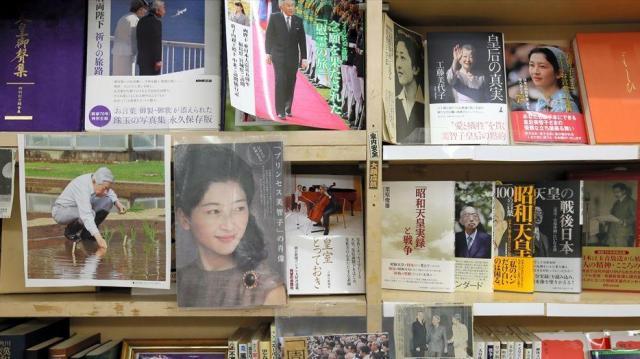国会内唯一の書店「五車堂書房」に並べられた皇室に関する書籍=岩下毅撮影