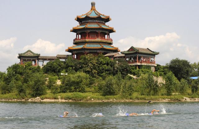 北京オリンピック期間中に、競泳が行われた北京の湖=2008年8月