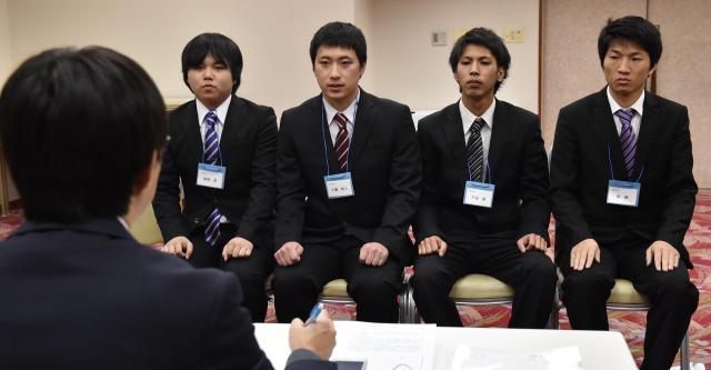 愛知東邦大学が2月に開いた就職合宿では、学生が模擬面接に挑んだ