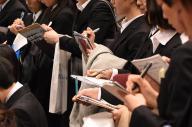 今年の就活解禁日。企業の合同説明会場では、説明を聞いた学生らが、メモにペンを走らせていた=諫山卓弥撮影