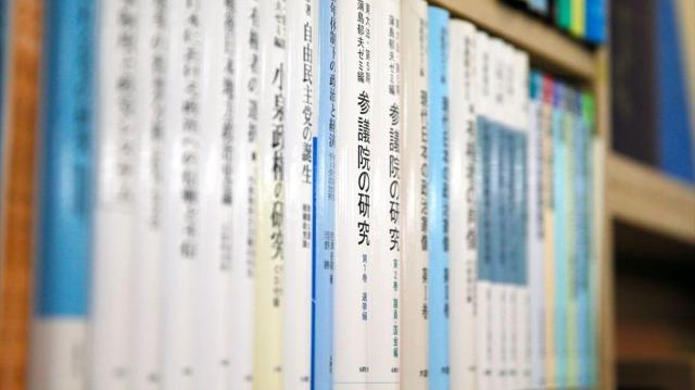 国会内唯一の書店「五車堂書房」に並べられた政治に関する書籍=岩下毅撮影