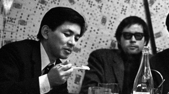 野坂昭如さんと雑談する五木寛之さん(左)=1967年、東京・四谷