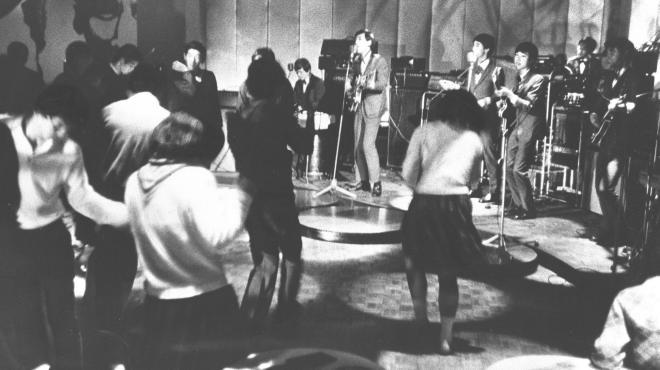 グループサウンズが熱演するゴーゴー喫茶=1968年11月8日