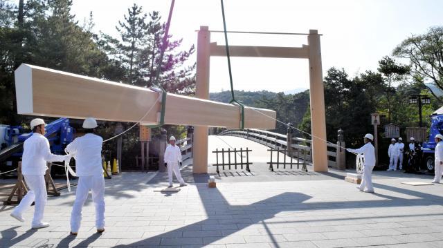 真新しい笠木に取り換えられる伊勢神宮の宇治橋外側の鳥居=伊勢市の伊勢神宮