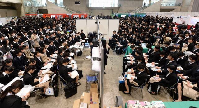 短期決戦となっている今年の就活。合同説明会には大勢の学生が集まった=諫山卓弥撮影