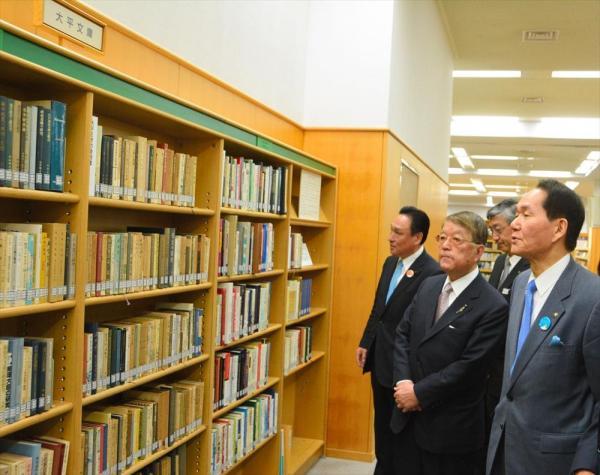 読書家だった故大平正芳元首相の蔵書や関連書が寄贈されて、香川県の県立図書館に「大平文庫」ができた。愛読書約1千冊が閲覧できる=2016年