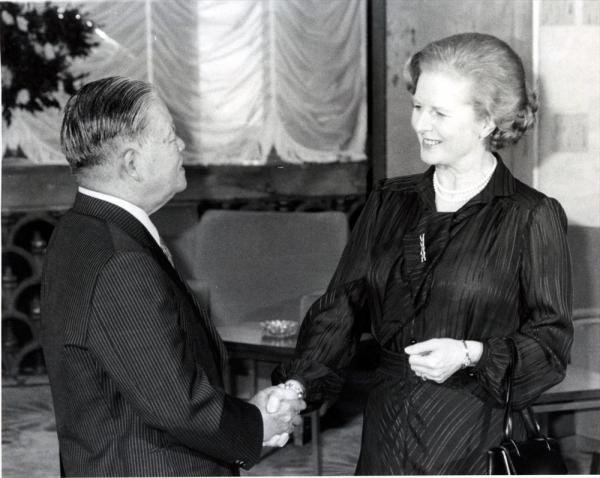 読書家だった大平正芳首相(左)とサッチャー英首相。1979年の東京サミットで握手を交わす
