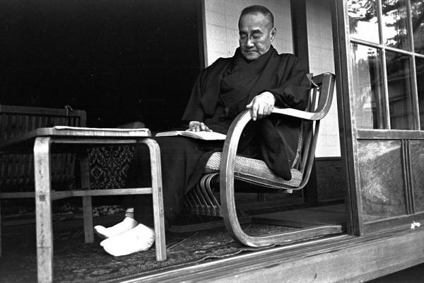 大物政治家の休日といえば、着物で読書のイメージだった。写真は神奈川県大磯の自宅でくつろぐ吉田茂元首相=1949年
