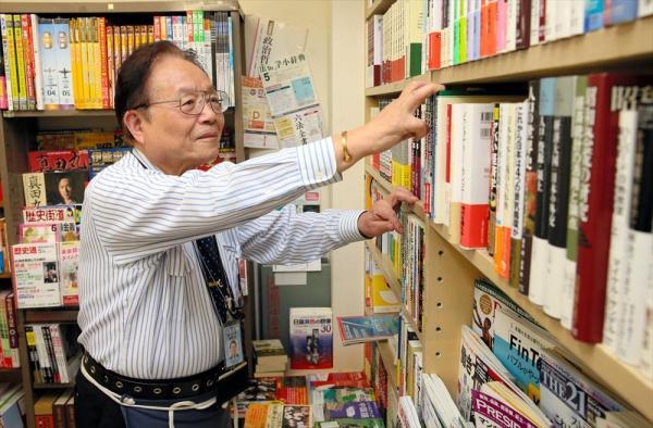 国会内唯一の書店「五車堂書房」店主の幡場益さん=岩下毅撮影