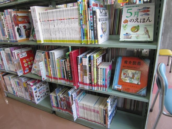 魔法に関する本が並んだ本棚
