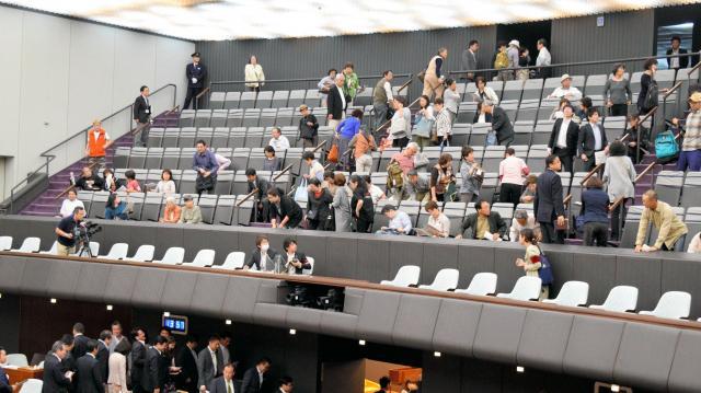 共産会派への「猛省」決議が、賛成多数で可決された神奈川県議会には抗議する傍聴者が多数訪れた=2016年5月16日
