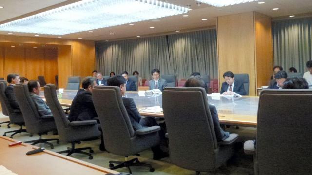 共産への対応をめぐり、県議会の議会運営委員会は未明まで協議が続いた=2016年5月12日