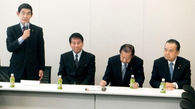 超党派議員の会合に出席した、歌手の杉良太郎氏(左から2人目)と自民党の二階俊博総務会長(右から2人目)=2016年3月2日、東京都千代田区