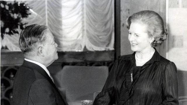 1979年の東京サミットで握手を交わす大平正芳首相(左)とサッチャー英首相