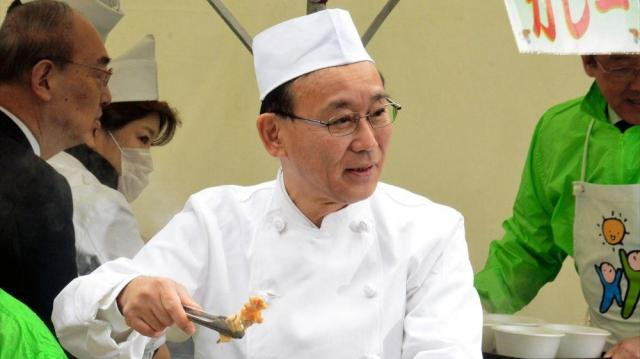 自民党本部でのイベントで、京風おでんを振る舞う谷垣禎一幹事長=2015年