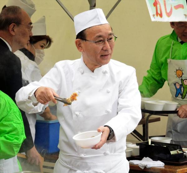 自民党本部でのイベントで、京風おでんを振る舞う谷垣禎一幹事長。最近の政治家の中では読書家と言われている=2015年