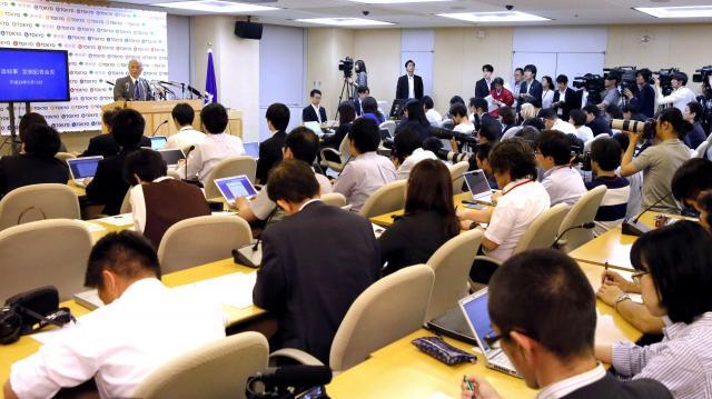 多くの報道関係者が集まる中、記者会見する舛添要一都知事=2016年5月13日、都庁、西畑志朗撮影