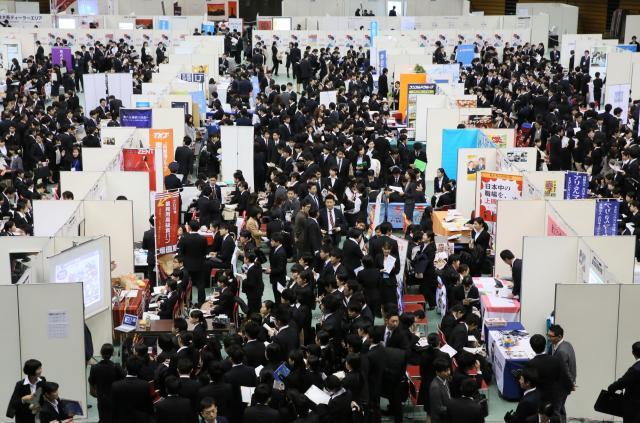 今年の就活解禁日、企業の合同説明会に集まった学生たち。もみくちゃになりながら情報を探すのではなく、事前に自分なりの準備を進めておくのがポイントです