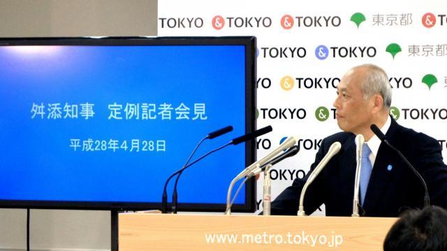 定例記者会見で、海外出張費について記者の質問に答える東京都の舛添要一知事=2016年4月28日、都庁
