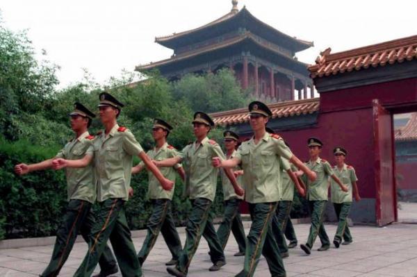 紫禁城の警備を担当する兵士たち=1996年7月、ロイター