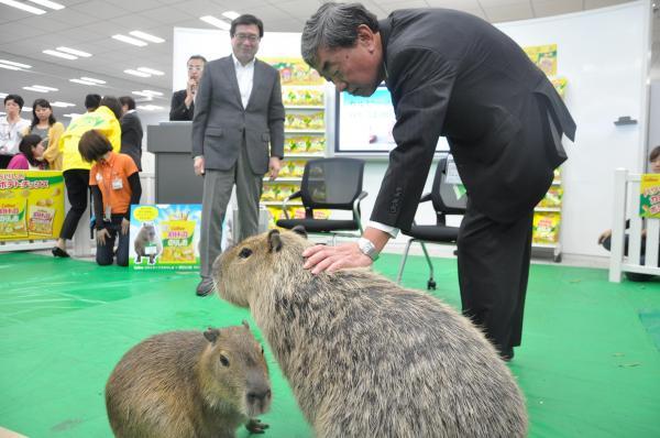 入社したカピバラ母娘と松本晃会長兼CEO