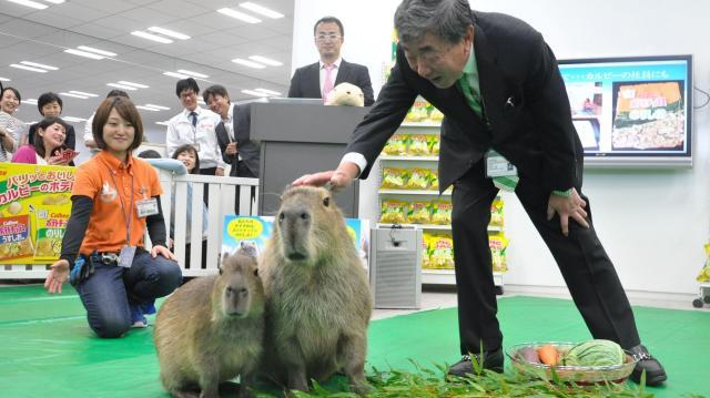 初任給を渡した松本晃会長兼CEO