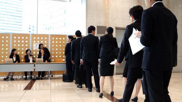 面接の受付に並ぶ学生ら=6月1日、東京都新宿区西新宿1丁目、林紗記撮影