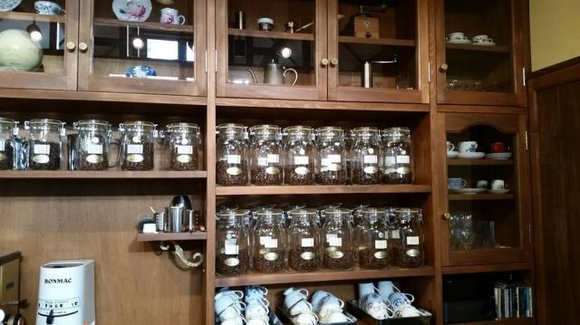 コーヒー豆や器具がきれいにおさまる店内の棚