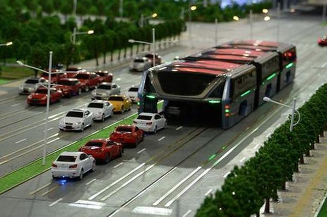 自動車が下を走る中国の「1200人運ぶ」超巨大バスの模型