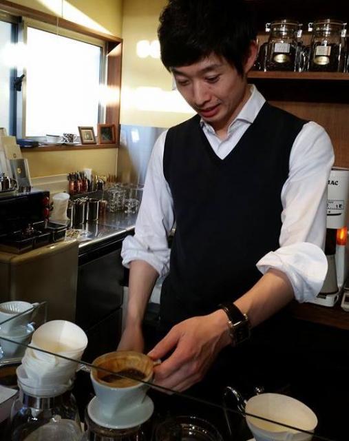 1981年生まれの店主、嶋村一歩さん。実家で念願の店を開いた