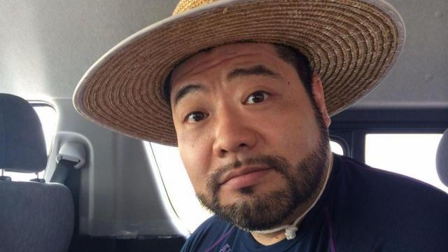 麦わら帽子姿の髭男爵の山田ルイ53世さん。案の定、似合う