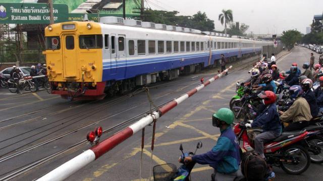 タイで活躍する日本の電車の車両。色はタイ風に塗り直されている