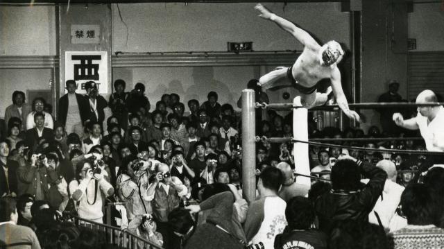 タイガーマスクの華麗なプレーに会場を埋めた若者たちはカメラを構え、声援を送る=1983年3月6日