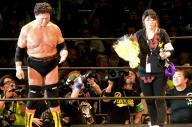 天龍源一郎さん(左)の引退試合。リングを去る父に、長女の紋奈さんは涙を流しながら花束を渡しました=2015年11月15日、東京・両国国技館