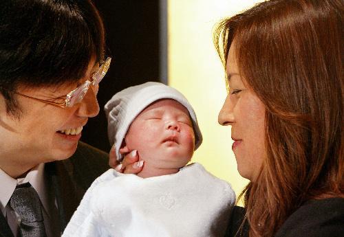 出産報告会見で長男・大維志くんを抱くジャガー横田さんと夫・木下博勝さん=2006年12月19日